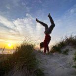 Beach handstand 960x640